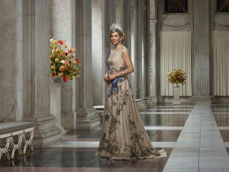 Staatsiefoto-koningin-maxima-in-burgerzaal-2018-erwin-olaf-liggend da1a095edb6cdf8325d6bde07505812a
